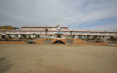 삼천포초등학교의 새롭게 단장된 교정_이미지